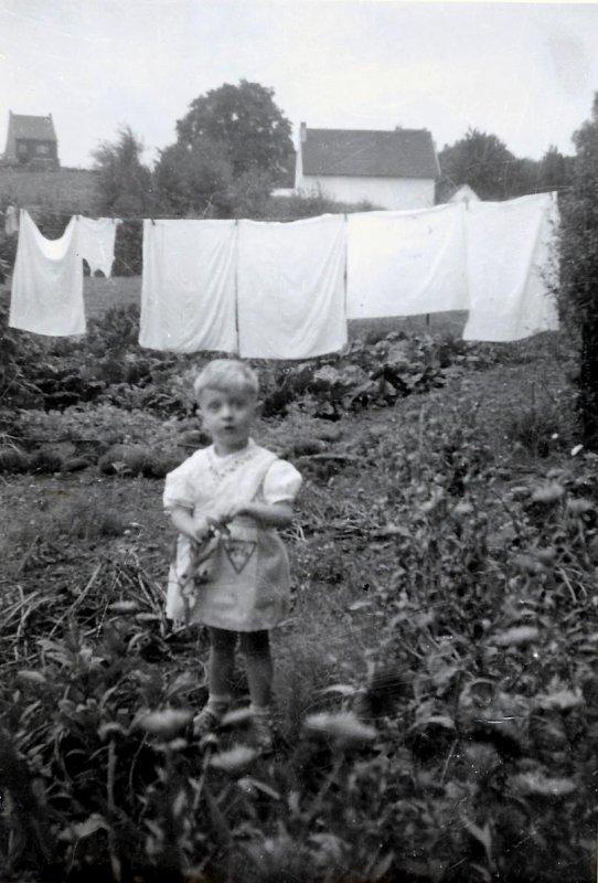 Moi, dans le jardin de mes grands-parents....!