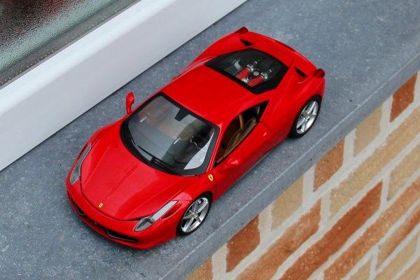 """Nouvelles photos de ma collection  Ferrari 1/18e...avec une nouveauté  cette """"458 Italia"""" ...!"""