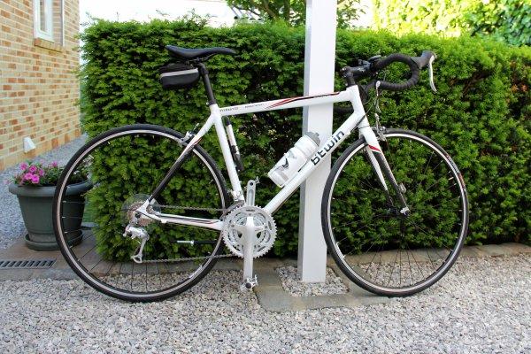 Petits achats en nouveaux vélos...le bleu pour le fiston...le blanc pour moi...en remplacement de mon ancien (3e photo)...!