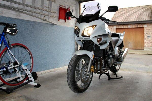 Mauvais temps pour rouler à moto...grrrr.....alors faut la faire tourner...1/4 de tour et hop...en attendant du temps plus sec et ensoleillé..!