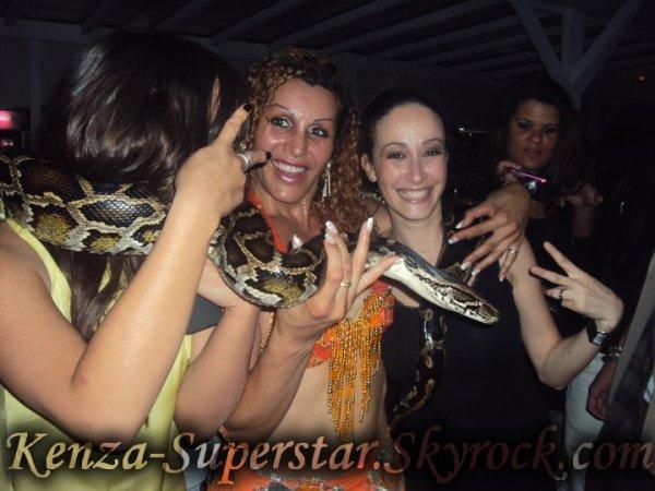 Kenza en compagnie d'un gros serpent pour son anniversaire =)
