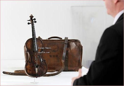 """Violon de Wallace Hartley, vendu aux enchères pour 1 063 000¤, retrouvé après plus d'un siècle apès la tragédie du Titanic. Après avoir repêché le précieux instrument, les autorités canadiennes l'avaient envoyé à Maria Robinson. A sa mort en 1939, il avait été confié à l'Armée du salut. Dans une lettre datant du début des années 40, une professeure de musique de l'organisation écrivait: """"Il est quasiment impossible de jouer (sur le violon), sûrement à cause de sa vie mouvementée"""". L'instrument avait ensuite été donné à une famille qui l'a gardé dans son grenier. Sur ce violon, offert par sa fiancée Maria Robinson, il était inscrit : """"Pour Wallys, à l'occasion de nos fiançailles. Maria""""."""