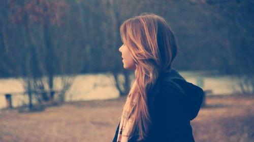 Je sais que tu reviendras pas mais je vais t'attendre, encore un peu.