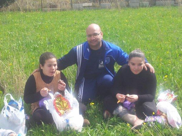 moi avk ma kouz et mon oncle entrin de manger les oeuf de paque