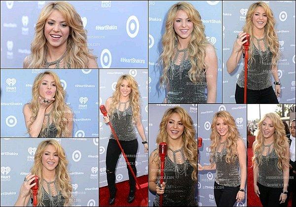 24 mars 2014 : Shakiras'est rendu à l'événement deHeart Radio et a donnéun concert à Los Angeles Shakira était magnifique sur le tapis rouge ! J'aime beaucoup son petit argenté avec ce collier, l'ensemble était vraiment TOP !