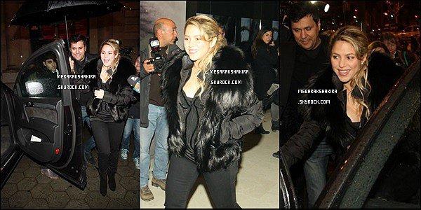 28 février 2013 : Shakiraest allée à l'exposition de son ami photographeJaume de Laiguna à Barcelone. Shakira était très mignonne toute de noirvêtue. Son gilet en (fausse ?) fourrure va assez bien avec le reste de sa tenue.
