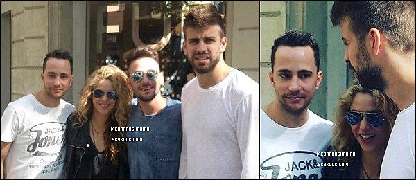 2 Octobre 2015 : Shakira & Gerard ont pris des photos avec des fans dans les rues de Barcelone + Le joli petit couple Piqué-Mebarak est allé porter leur fils Milan à  son école sous la pluie.Ils sont mignons tous les trois.