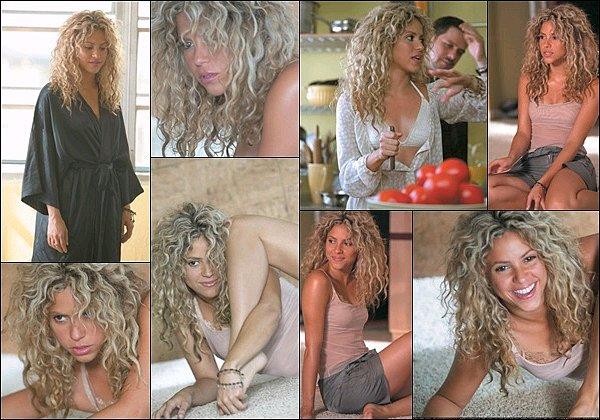 2005, Re-découvrez quelques photos prises lors du tournage du mythique clip de La Tortura Shakira est à la fois adorable et incroyablement sexy recouverte d'huile noire. Shakira était alors âgée de 28 ans. J'adore cette chanson♥