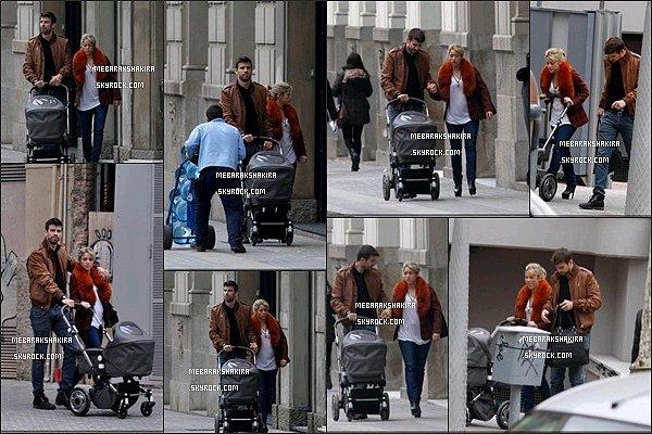 7 mars 2013 : Shakira, Gérard & Milan dans sa poussette se promenant dans les rues de Barcelone