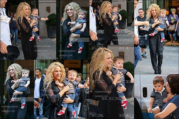 24 Septembre 2015 : Shakiras'est rendu pour signé la pétition pour Up For School à New York La superbe maman a signé cette pétition dans le but que tous les enfants du monde puissent avoir accès à l'éducation