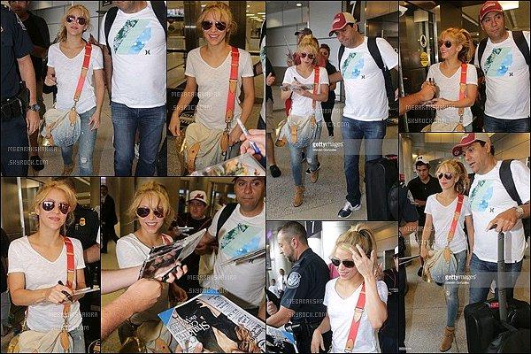 18 mai 2016 : Shakira a été vu lors d'une escale à l'aéroport de Miami, où elle a signé quelques autographes. S. était vraiment superbe, j'aime beaucoup sa tenue pour prendre l'avion, de plus ses bottes sont très jolies. elle était adorable :)