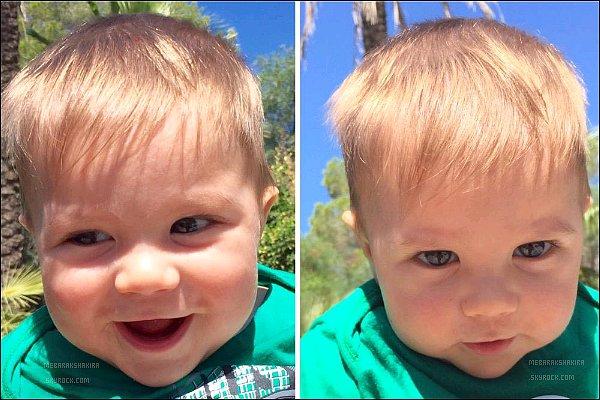 """23 août 2015 : Shakira a posté une nouvelle photo de son fils Sasha sur son compte TwitterLégende de son tweet : """"Mon bébé et le ciel bleu ! Shak"""". Sasha est tout simplement à croquer sur ces photos *_*"""
