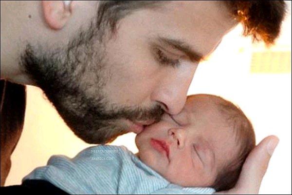 Début février 2013, Découvrez la première photo de Milan dans les bras de son papa Milan est adorable ! Il paraît si petit dans les mains de son père. Photo postésur le site de l'Unicef