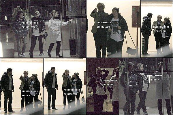 16 Janvier 2013 : Shakira ainsi que son frère Tonino était à la clinique de Teknon à Barcelone Miss Mebarak était en tenue décontracté, à quelques jours de l'accouchement ce n'est pas étonnant et elle a bien raison