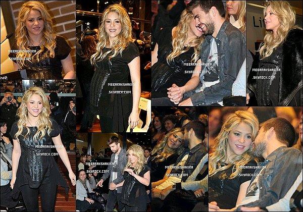 14 Janvier 2013 : Shakira & Gerard étaient à la présentation du livre de William Mebarak à Barcelone S.était superbe ! J'aime beaucoup ses cheveux et sa tenue noir lui va assez bien. Elle & son père sont juste adorables !