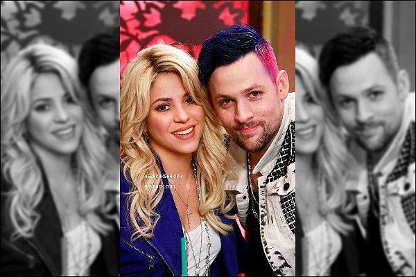 11 avril 2013 : Les coach étaient sur le tournage des battles pour la Saison 4 de The Voice à Los Angeles + Shakira a pris quelques photos dans les coulisses. Elle était encore une fois très jolie, de plus j'adore son haut doré, elle était au top !