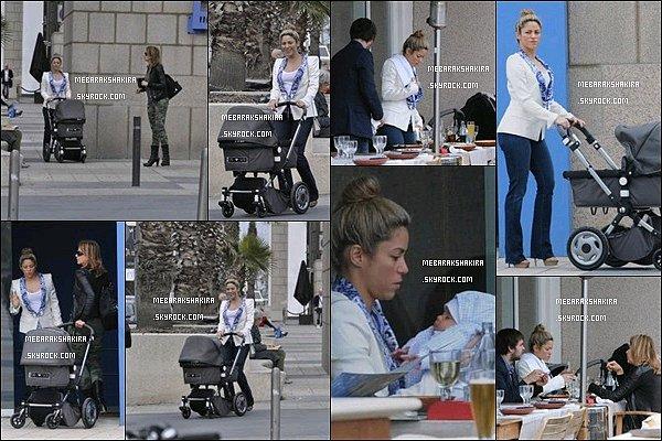 26 mars 2013 : Shakira, ainsi que son fils Milanet sa belle-mère se sont promenés dansBarceloneShakira était très simple et naturelle sur ce candid. J'aime assez sa veste en blanche en revanche je suis moins fan de son jeans