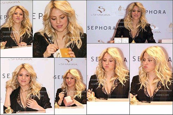 27 mars 2013 : Shakira arrivant à l'aéroport de Paris, où S. avait un programme très chargé pour la journée : Tapis rouge, séance de dédicaces avec les fans, promotion de ses parfums S by Shakira, interview pour l'émission 50 minutes inside...
