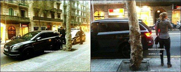 3 avril 2013 : Shakira et Gerard à la sortie d'un commissariat, retournant à sa voiture à Barcelone Le couple était allé voir pour réaliser le passeport de leur fils Milan Piqué-Mebarak âgé de 3 mois à l'époque