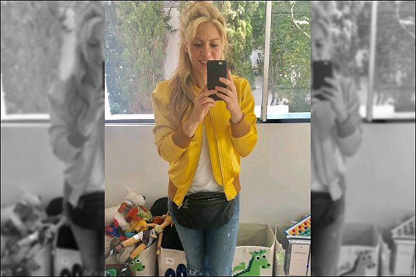 "30 mars 2017 : Shakira a posté une nouvelle photo sur les réseaux sociaux, toujours au TOP ! Légende du post de la jolie blonde : ""Feeling Yellow ! Shak"". J'aime bien sa veste jaune, adorable comme à son habitude"
