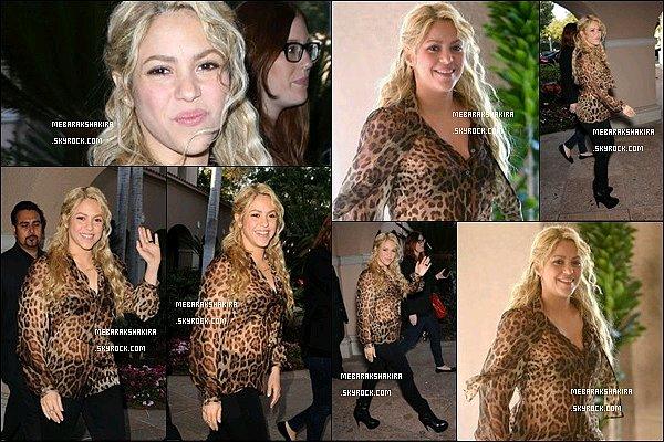 22 avril 2013 : Shakira arrivant de l'hôtel Langham à Pasadena en Californie aux Etats-Unis Notre belle panthère était radieuse comme toujours ! J'aime beaucoup son chemisier léopard et sa coiffure tressée/ondulée.