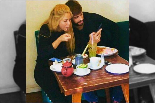 5 mars 2017 : Shakira et Gerard sont allés manger dans un restaurant à Barcelone Ils sont mignons tous les deux, la tenue de la belle colombienne a l'air assez simple et sombre, pas mal pour l'occaion ^^