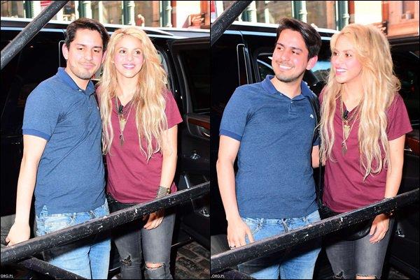 """17 mai 2017 : Shakira a chanté """"chantaje"""" en acoustique dans un parc de New York Elle est adorable ! J'aime bien sa performance en pleine air, les gens qui ont pu assister à ce spectacle ont eu une chance énorme !"""