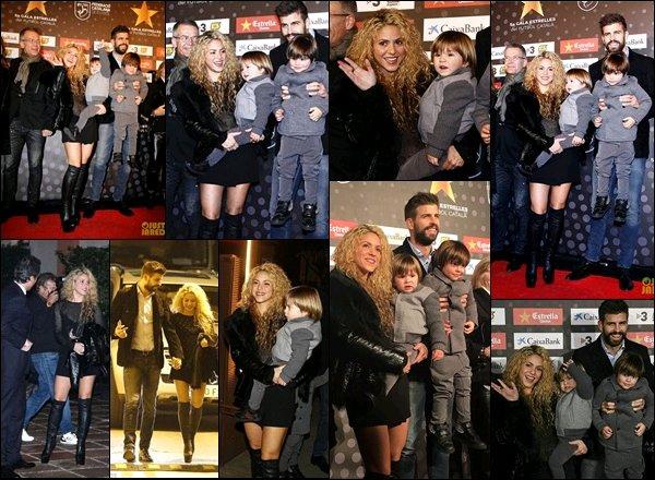 28 Novembre 2016 : Shakira et sa petite famille se sont rendu au Gala des étoiles du football Catalan Shakira était radieuse ! J'aime beaucoup sa robe à strasses et ses cuissardes sont TOP également ! Bravo à Gérard pour sa récompense !
