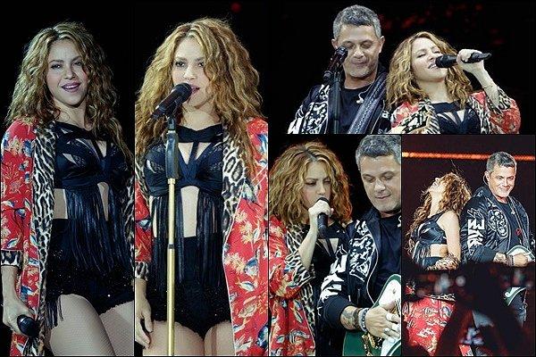 """8 Juin 2019 : Shakira a fait la surprise de rejoindre Alejandro Sanz lors de son concert à Barcelone La belle blonde a rejoint son ami pour chanter la mythique chanson """"La Tortura"""", elle n'a rien perdu de son déhanché !"""
