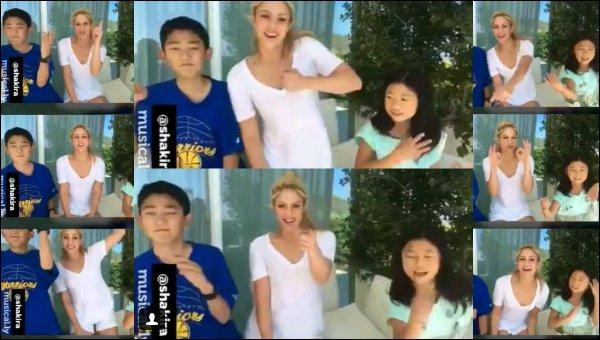 20 avril 2017 : Shakira et son plus jeune filsSasha lors de leurs cours de tennis à Barcelone Ils sont adorables tous les deux. Selon certains médias Shakira serait à nouveau enceinte... Qu'en pensez-vous ?