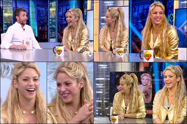 29 mai 2017 : la jolie Shakira Mebarak était invitée dans l'émission El Hormiguero (la fourmilière) Shakira avait l'air de bien s'amuser, elle était juste trop mignonne ! S. adore cette veste dorée, elle n'arrête pas de la porter ^^