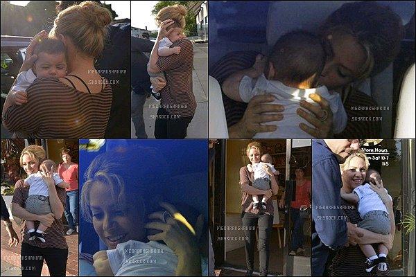 """25 mai 2013 : ShakiraavecMilandans les bras, sortant de la boutique """"Bel Bambini"""" à Los Angeles. Ils sont adorables tous les deux, Shakira a l'air vraiment très attentionné envers son fils Milan, c'est juste trop mignon :D"""
