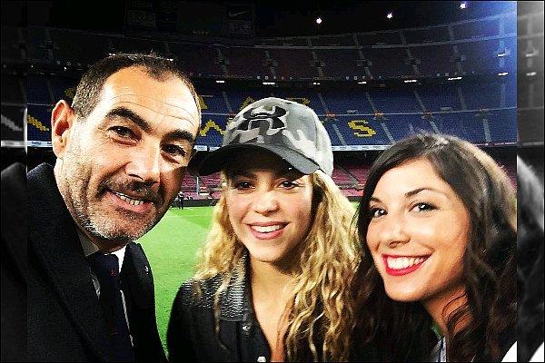 9 Janvier 2015 : Shakira a pris une photo lorsqu'elle était au stade du Camp Nou à Barcelone La colombienne était ravissante comme à son habitude, la casquette lui allait bien. Shak était tout simplement rayonnante :D