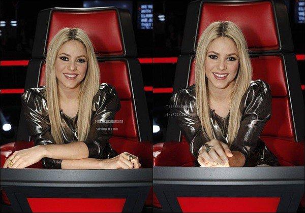 THE VOICE ●EPISODE 28 mai 2013● Photos promotionnelles de Shakira pour The Voice Cette fois-ci, pas une mais deux photos promotionnelles de la belle. Elle a un très joli sourire sur ces photos, son haut est assez bien.