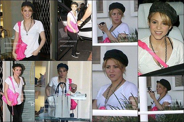 1 juin 2013 : Shakira est aller faire un peu deshopping chez Fred Segal à Los AngelesElle était toute jolie, je ne suis pas hyper fan de son sac rose en revanche elle est vraiment éclatante tout en simplicité.