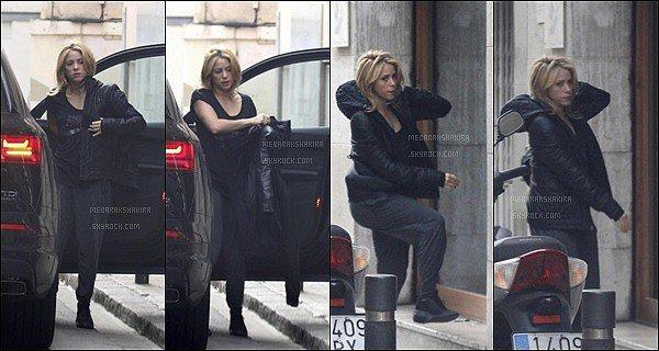 19 Janvier 2016 : Shakira enfilant son manteau en sortant de voiture dans une rue de Barcelone La jolie maman a l'air un peu fatigué mais elle reste superbe. Tenue décontracté pour la belle, on a vu mieux mais ça passe.