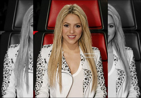 THE VOICE ● EPISODE 4 Juin 2013 ● Nouvelle Photo promotionnelle de  Shak pour The Voice La veste blanche de Shakira est super ! Ce genre lui va à merveille. Elle est toute belle les cheveux lisses, n'est-ce pas ? :)