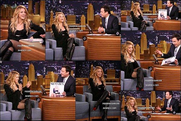 25 mars 2014 : Shakira était présente au Tonight Show with Jimmy Fallon à New York La jolie blonde était vraiment superbe ! J'aime beaucoup ses cuissardes avec sa veste à franges. Elle était au TOP !