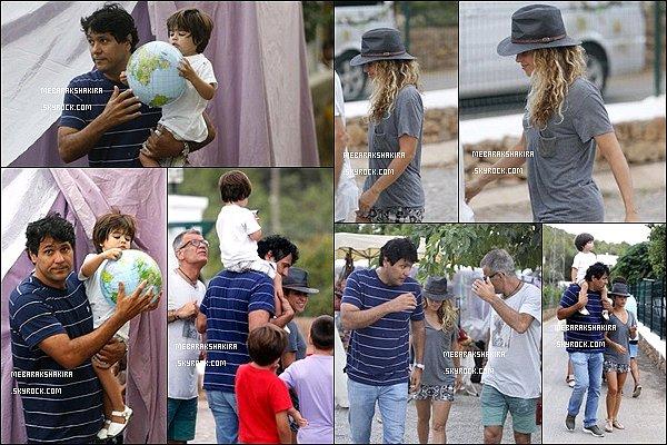 17 août 2015 : Shakira, Milan et Tonino (le demi-frère de la jolie blonde) ont été vu se promenant à Ibiza S. était toute jolie, j'aime beaucoup son short ainsi que son chapeau. Milan a l'air d'apprécier les épaules de son oncle :)