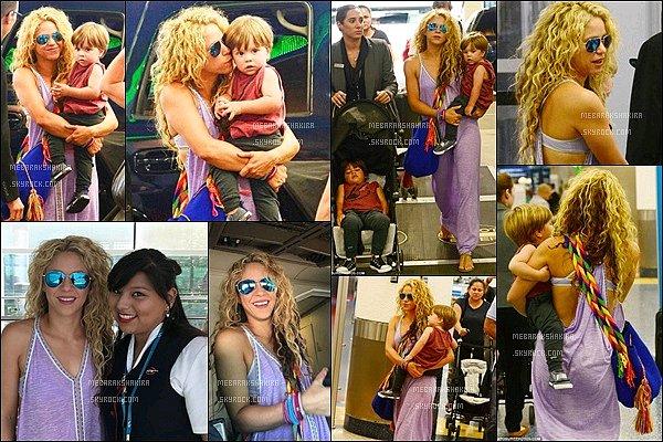 23 Juillet 2016 : Shakira arrivant à l'aéroport de Miami pour retourner à Barcelone Shakira a pris quelques photos avec des membres de l'équipage ainsi que de ses deux fils, futurs pilotes ? Ils sont adorables :)