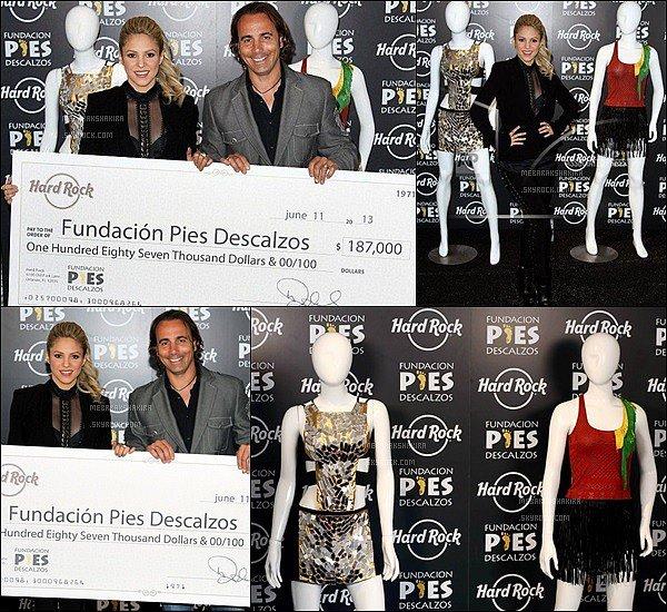 11 Juin 2013 : Shakira a reçu 187.000 dollars d'Hard Rock Cafe pour son association Pies Descalzos.  En échange S. a donné 2 tenues à elle. dont une très célèbre que vous reconnaissez surement, celle pour le clip de Waka Waka.