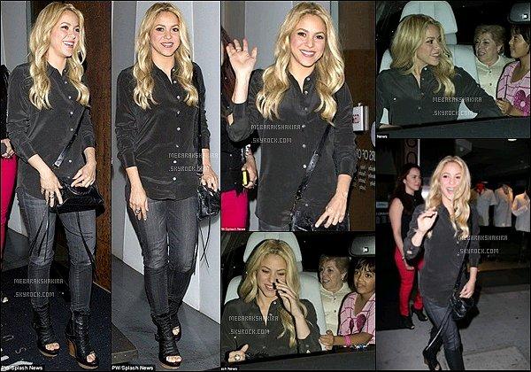 13 juin 2013 : Shakiraaccompagnée de sa familleest allée manger dans un restaurant japonais à Los AngelesVoici quelques photos de la jolie blonde très souriante à la sortie. Que pensez-vous de sa tenue ? Personnellement j'adore !
