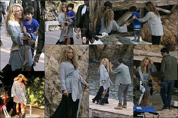 8 Octobre 2015 : Shakira était sur le tournage d'une publicité pour un nouveau parfum à Tossa de Mar Milan avait accompagné sa maman sur le tournage. Jaume de Laiguana (ami & photographe de la belle) était derrière la caméra.