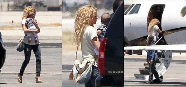 19 juin 2013 : Shakira,Milan& son demi-frère Tonino à l'aérport de Los Angeles direction Rio de Janeiro Elle était très mignonne pour prendre l'avion. J'aime bien ses chaussures compensées. Simple et joli ! et vous, vous aimez !? :)