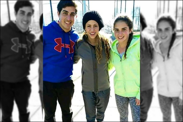 4 Janvier 2017 : Shakira a pris une photo avec des fans dans les rues de Barcelone Shakira est adorable, je ne suis pas ultra fan de sa tenue, mais au moins ce doit être assez chaud et confortable