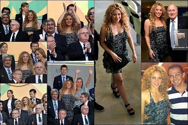 27 juin 2013 : Shakira dans les tribunes du match de foot Espagne-Italie à Fortaleza au Brésil Elle était très jolie dans sa petite robe, quelle supportrice enthousiaste, Gerard ne réalise pas la chance qu'il a de l'avoir !