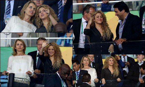 30 juin 2013 : Shakiraétait avec une amie & de la famille dans les gradins au au match Brésil-Espagne + Shakira a posté une nouvelle photo sur Twitter d'elle & de son amie Ivete Sangalo qui est une chanteuse brésilienne lors du match