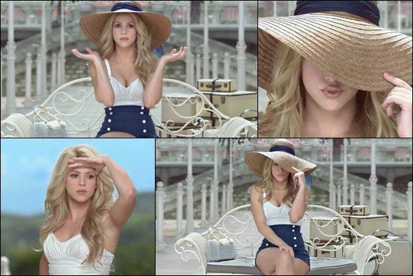 Nouvelle vidéo pour Costa Croisières, Shakira est tout simplement renverssante J'adore sa tenue et son chapeau de paille avec lequel elle joue, elle est vraiment trop mignonne, vous ne trouvez pas !? :)