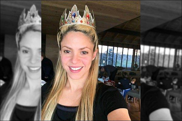 """6 Janvier 2016 : Shakira alias la Reine a posté une photo sur les réseaux sociaux le jour des Rois Mages Légende du post de la superbe colombienne : """"devinez qui a eu la fève ?""""Quelle belle couronne pour notre jolie Shakira"""