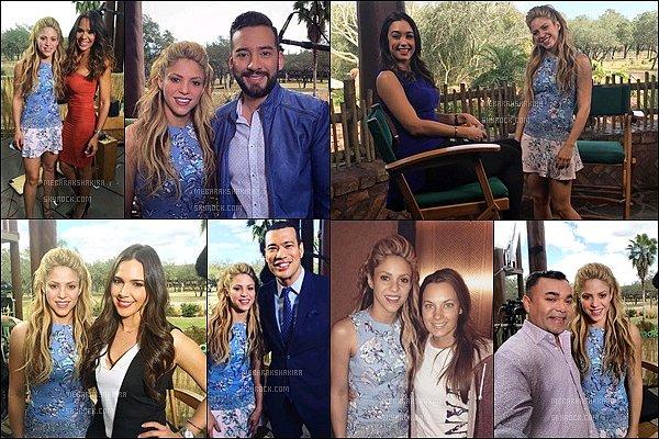 21 février 2016 : Shakira a fait la promotion de Zootopia dans le parc Disney Animal Kingdom à Orlando Shakira était toute jolie, j'aime beaucoup sa robe petite bleu à fleurs, de plus la belle colombienne était superbe avec cette coiffure :)